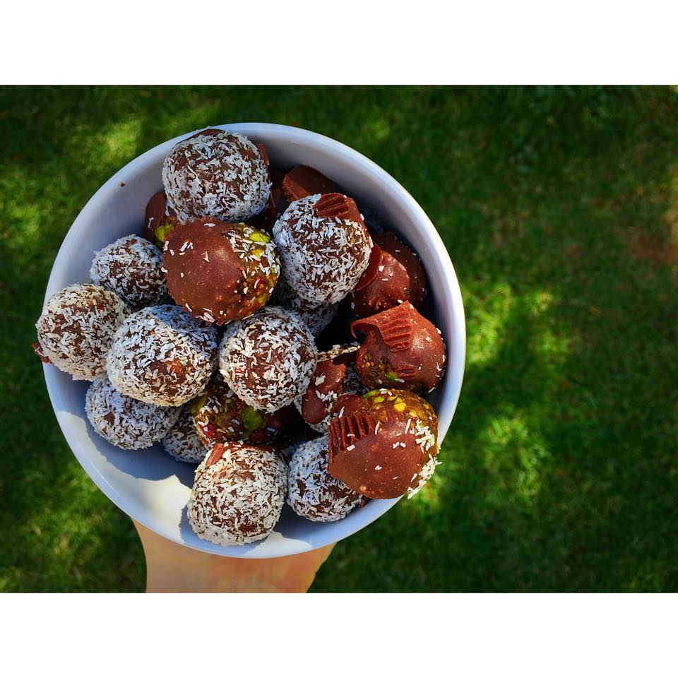 raw oreo bliss balls recipe: raw oreo bliss balls | goodMix Superfoods